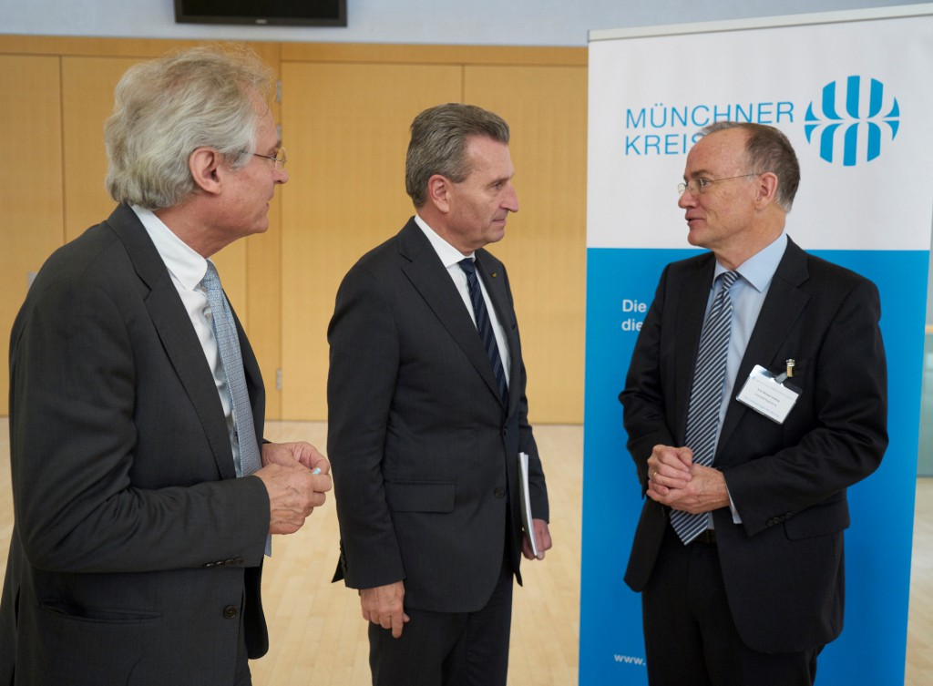 Prof. Dr. Henning Kagermann (acatech), Günther Oettinger (European Commissioner) and Prof. Dr. Michael Dowling (MÜNCHNER KREIS) (from left to right) at the Digital Manufacturing Conference in Munich. (Foto: Stefan Pielow / MÜNCHNER KREIS)